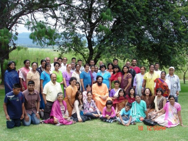 SwamiAbhedanandawiththeCampdelegatesattheDrakensvilleMountainResortJan2009-forWebsite0